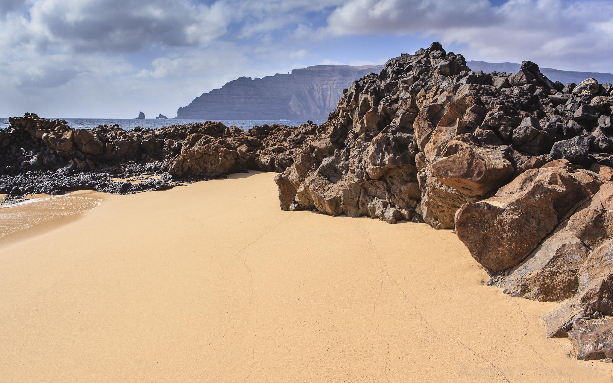 La Playa del Barranco de los Conejos se encuentra en La Graciosa, cerca de Pedro Barba.