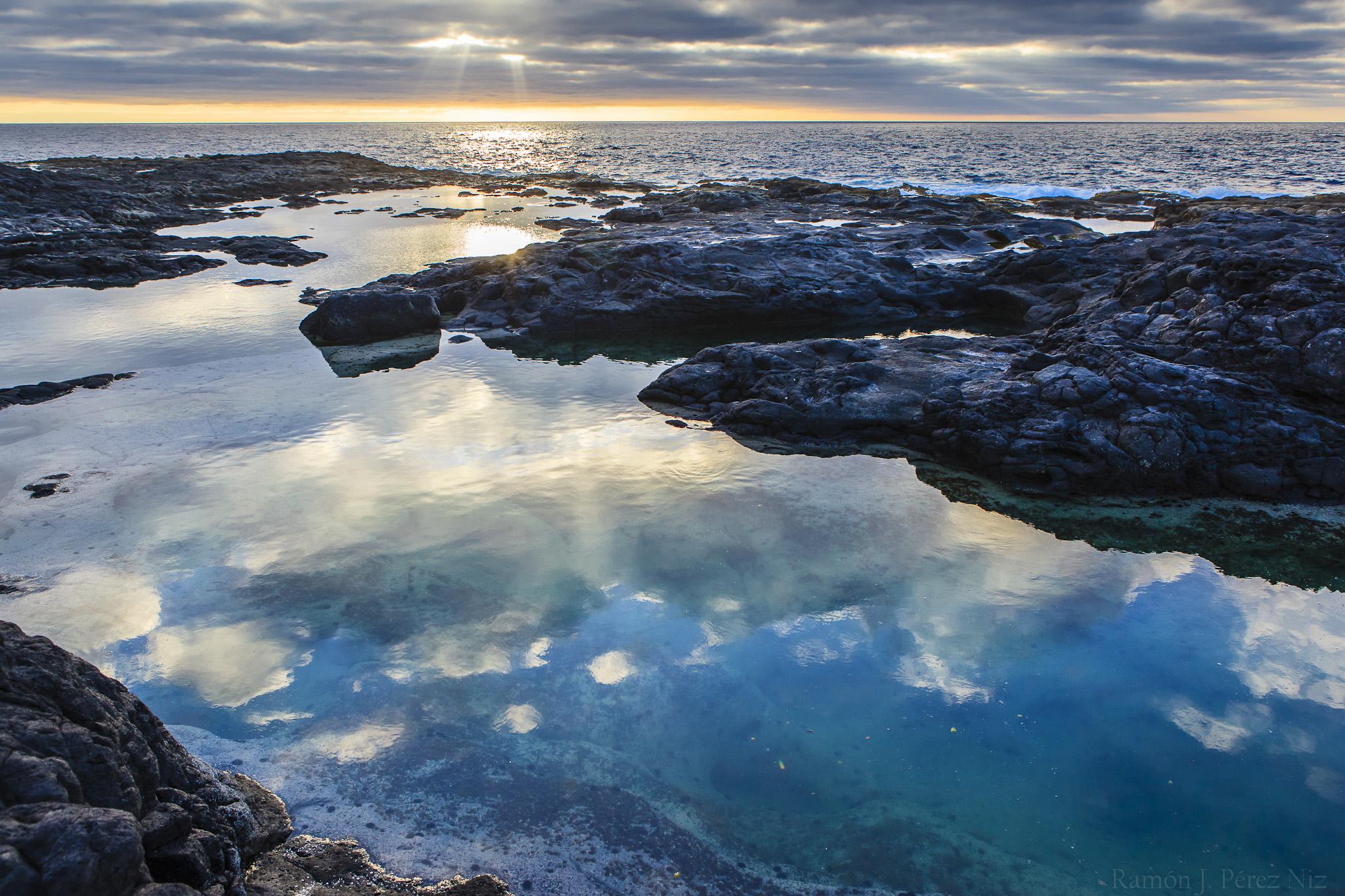 Los Charcones se encuentran en la costa sur-occidental de Lanzarote, en el municipio de Yaiza.