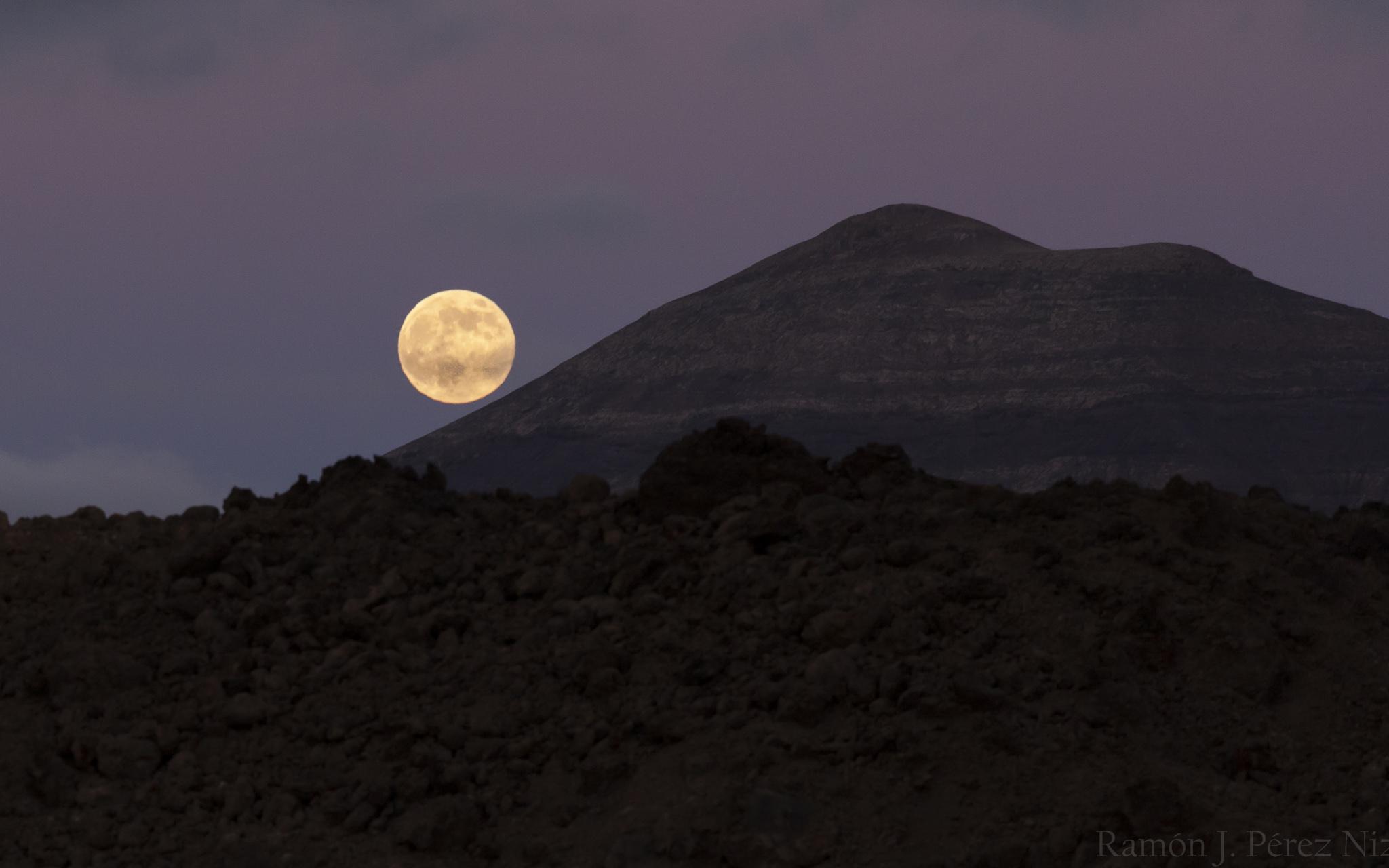 Foto de Ramón Pérez Niz, puesta de sol y luna grande