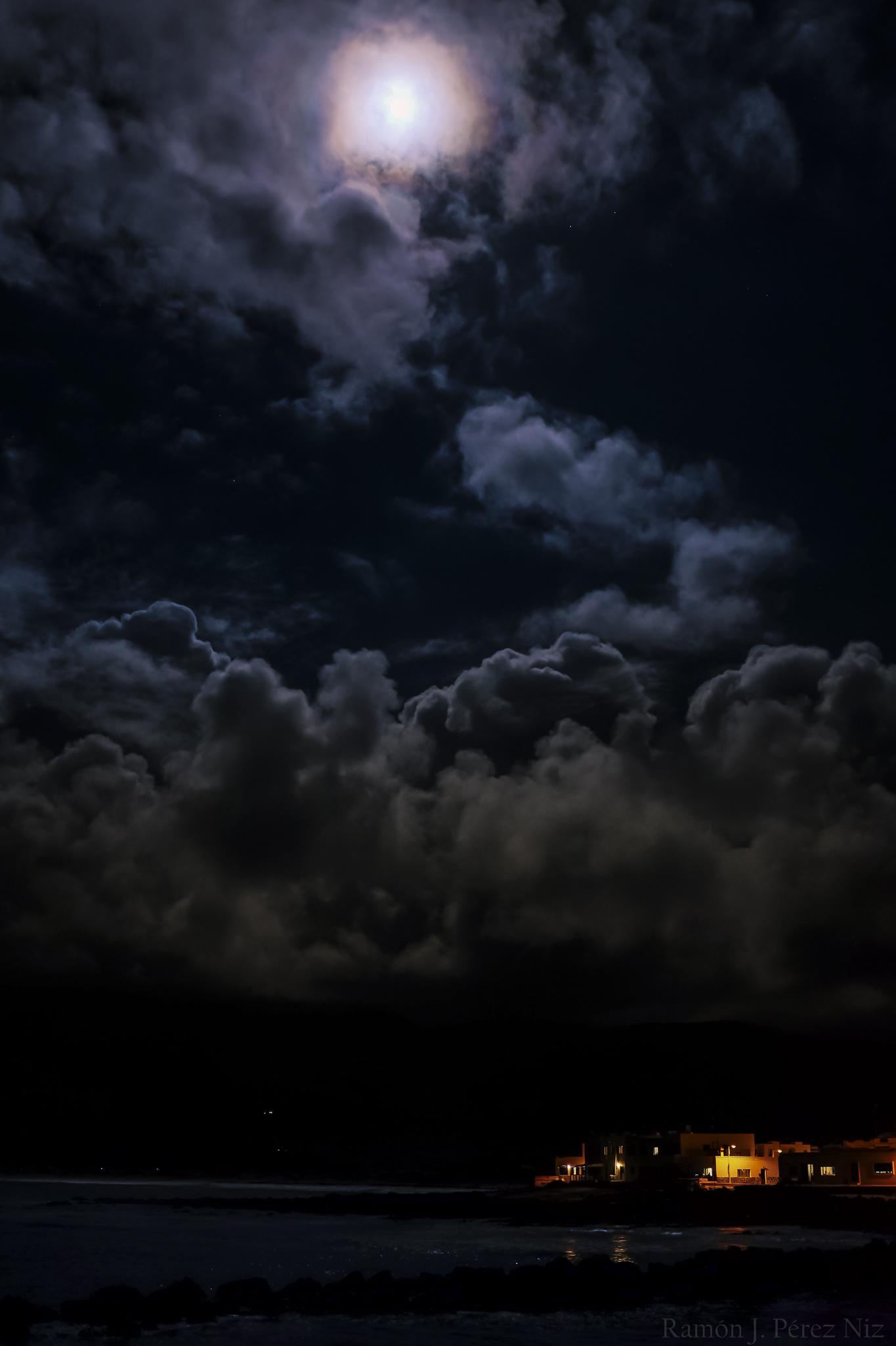 Foto de Ramón Pérez Niz, la gran luna en La Caleta de Famara
