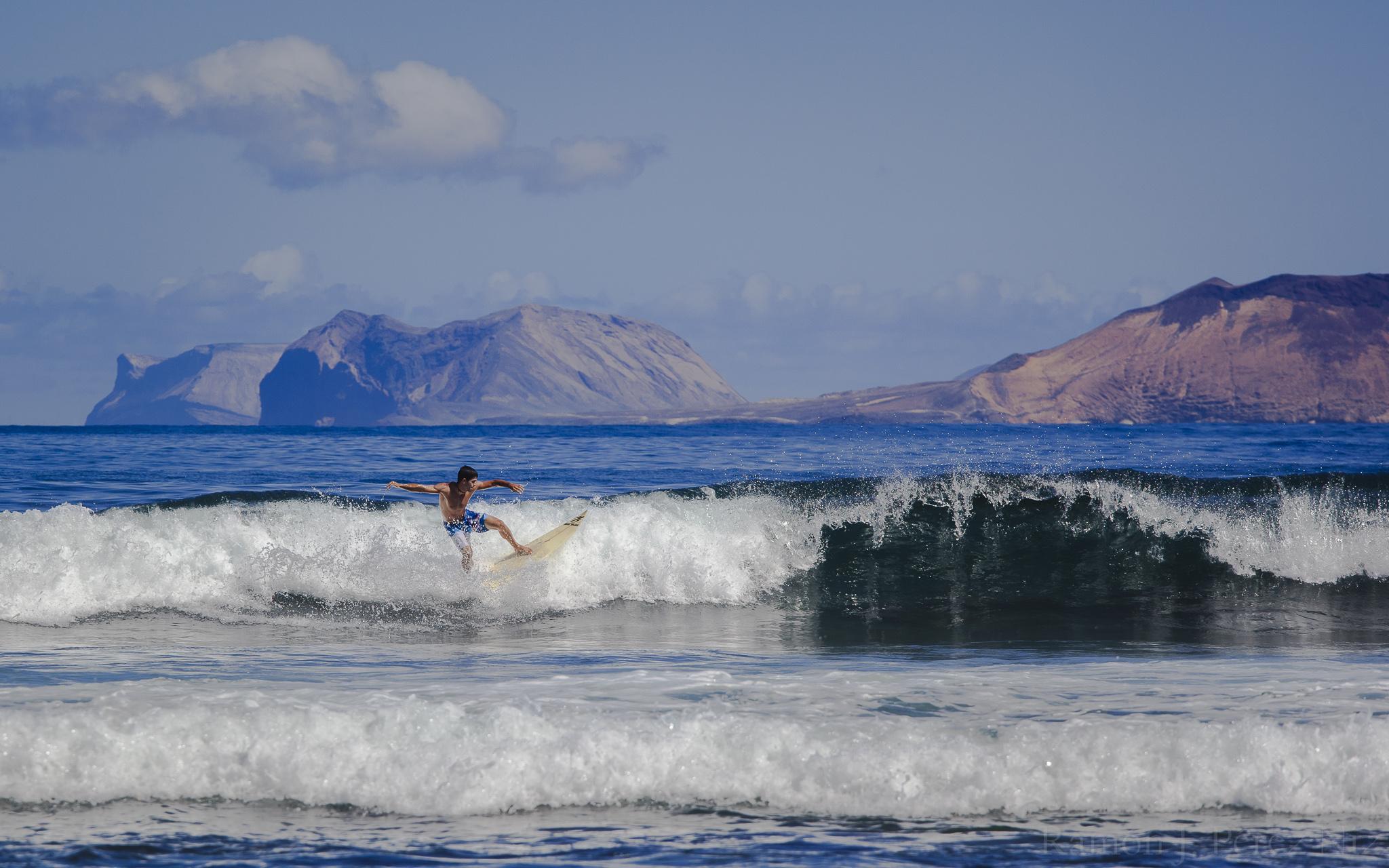 Foto de Ramón Pérez Niz, cogiendo olas en La Caleta.