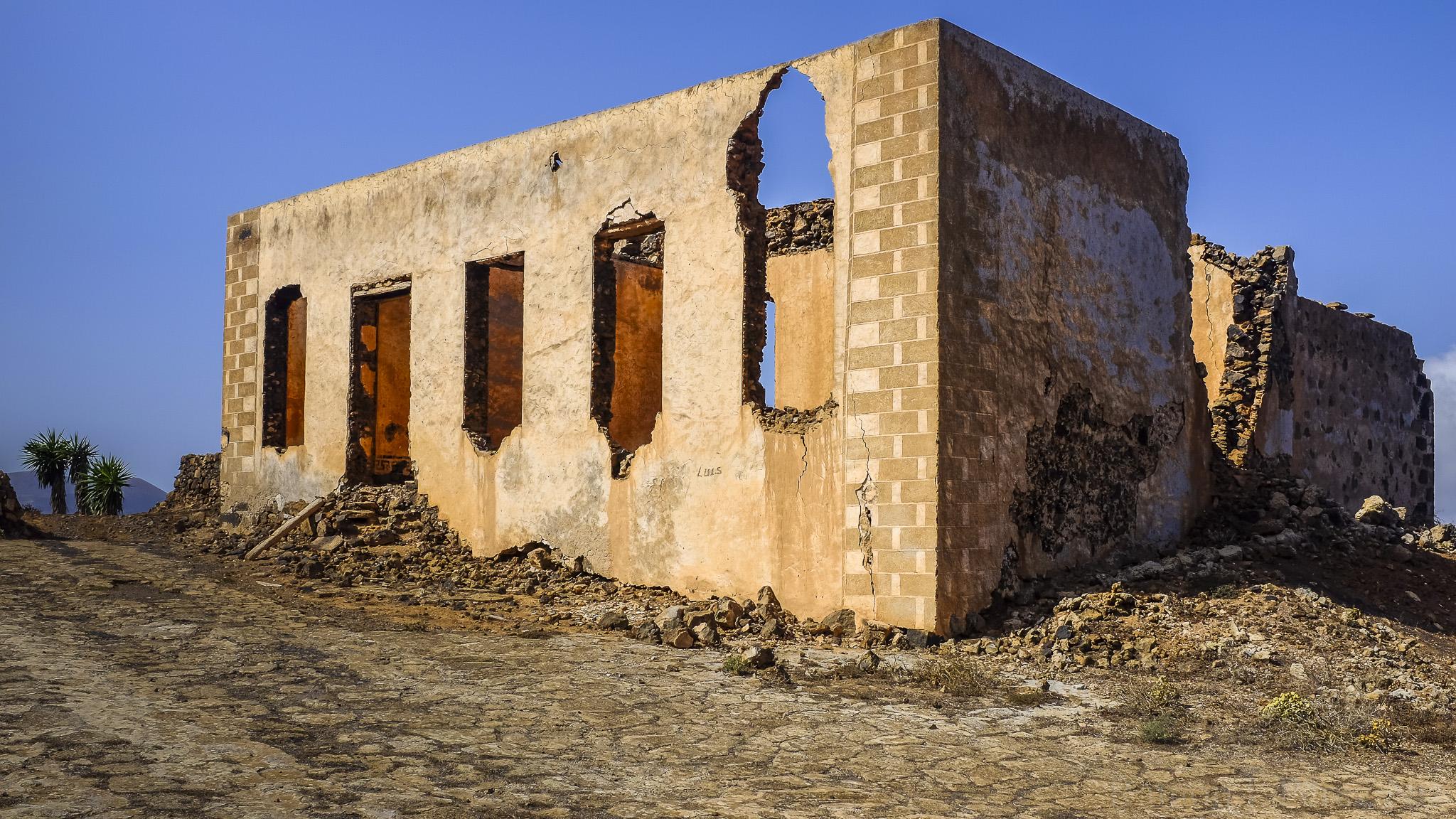 Foto de Ramón Pérez Niz, de paseo por Masdache, una ruina.