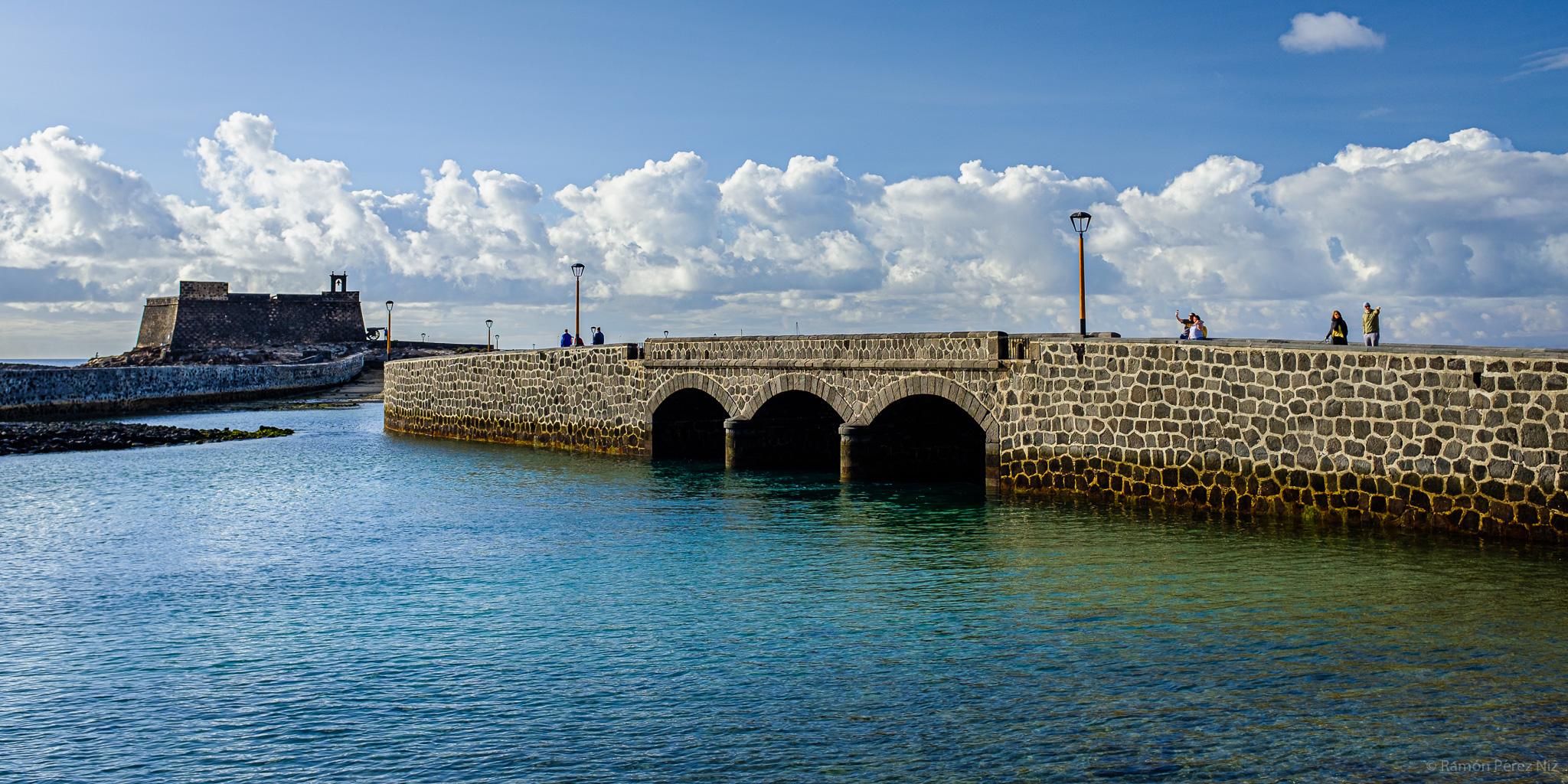 Puente del Muelle Chico en La Marina de Arrecife.