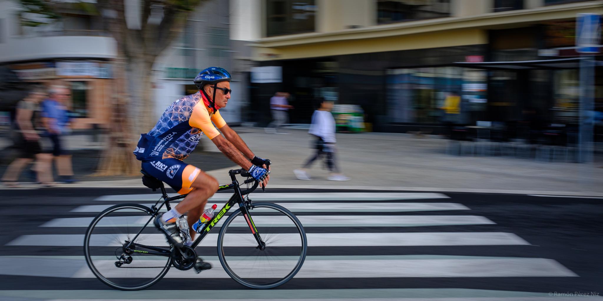 Ciclista en Avenida La Marina de Arrecife